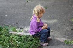 Flicka som utomhus spelar 18556 Royaltyfria Foton