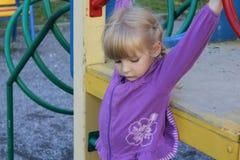 Flicka som utomhus spelar 18574 Fotografering för Bildbyråer