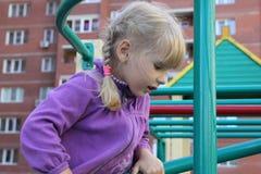 Flicka som utomhus spelar 18578 Royaltyfri Foto
