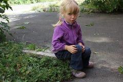 Flicka som utomhus spelar 18562 Royaltyfri Bild