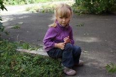 Flicka som utomhus spelar 18561 Royaltyfria Bilder