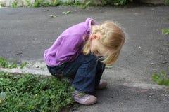 Flicka som utomhus spelar 18557 Fotografering för Bildbyråer