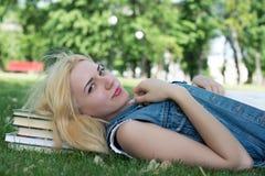 Flicka som utomhus studerar med Royaltyfri Foto