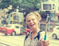 Flicka som utomhus tar selfiebilden Fotografering för Bildbyråer