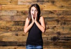 Flicka som uttrycker häpnad och chock Arkivbilder