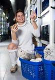 Flicka som väljer intressanta stora aquarianrever Fotografering för Bildbyråer