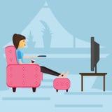 Flicka som vilar, hållande ögonen på televisionsammanträde på soffan stock illustrationer