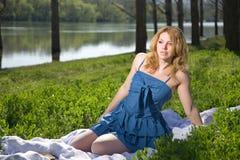 Flicka som vilar på naturen arkivfoton