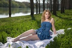Flicka som vilar på naturen royaltyfri bild