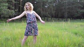 Flicka som vilar på naturen Den härliga flickan går på fältet stock video