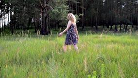 Flicka som vilar på naturen Den härliga flickan går på fältet arkivfilmer