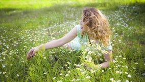 Flicka som vilar på naturen Härlig flicka som ligger på fältet stock video