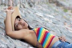 Flicka som vilar på stenar Royaltyfria Bilder