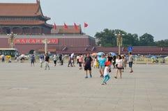 Flicka som vinkar den kinesiska flaggan i den Tiananmen fyrkanten Arkivfoton