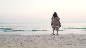 Flicka som virvlar nära havet arkivfilmer
