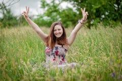 flicka som visar teckenseger Fotografering för Bildbyråer