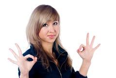 Flicka som visar tum övre gest Royaltyfria Bilder