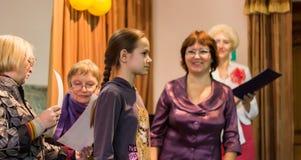 Flicka tilldelat diplom Royaltyfria Foton