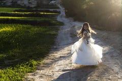 Flicka tio gamla år med nattvardsgångklänningen Royaltyfria Bilder