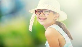 flicka Tonårigt pre tonårigt för lycklig flicka Flicka med exponeringsglas Flicka med tandhänglsen Ung gullig caucasian blond fli Royaltyfri Fotografi