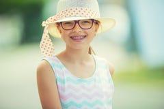 flicka Tonårigt pre tonårigt för lycklig flicka Flicka med exponeringsglas Flicka med tandhänglsen Ung gullig caucasian blond fli Royaltyfri Foto