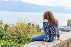 flicka tonårs- sitting Beskåda utomhus- arkivfoton