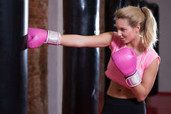 Flicka under boxning på idrottshallen Arkivbild