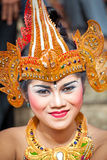 Flicka under en klassisk nationell Balinese Arkivbilder