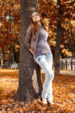Flicka under treen Arkivbilder