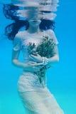 flicka under vatten Royaltyfria Foton