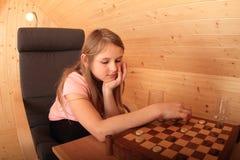 Flicka - unge som koncentrerar på utkast royaltyfria bilder