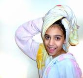 Flicka ut ur duschen Royaltyfri Fotografi
