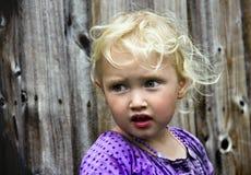 flicka utanför Arkivfoton