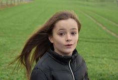 Flicka utanför i stormigt väder Arkivbilder