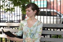 Flicka utomhus med bibeln Royaltyfri Bild