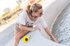 Flicka vid en springbrunn Arkivfoton