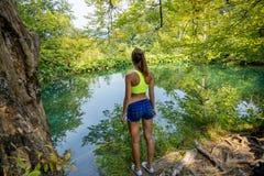 Flicka vid skogsjön Arkivfoton