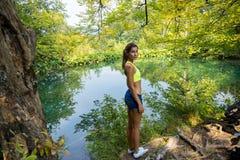 Flicka vid skogsjön Royaltyfria Bilder