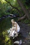 Flicka vid strömmen Fotografering för Bildbyråer