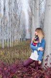 Flicka vid trädet Arkivfoton
