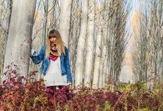 Flicka vid trädet Royaltyfria Bilder