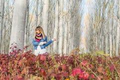 Flicka vid trädet Royaltyfri Fotografi