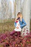 Flicka vid trädet Fotografering för Bildbyråer