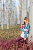 Flicka vid trädet Royaltyfria Foton