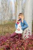 Flicka vid trädet Arkivfoto