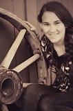 Flicka vid vagnhjulet Fotografering för Bildbyråer