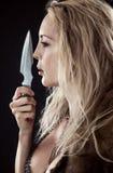 Flicka Viking eller amason Kasta kniven i hand royaltyfria foton