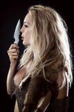 Flicka Viking eller amason Kasta kniven i hand fotografering för bildbyråer