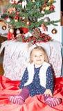 flicka Xmass garnering ferie Behandla som ett barn Beröm royaltyfri bild