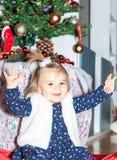 flicka Xmass garnering ferie Beröm Behandla som ett barn arkivbilder